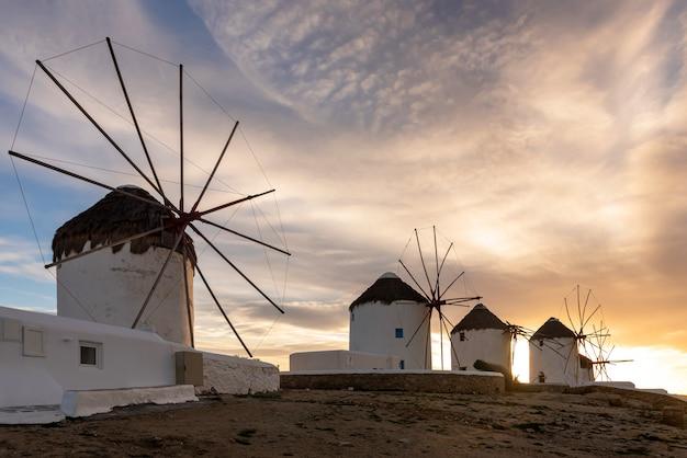 Moinho de vento icônico em mykonos, ilhas cíclades, grécia