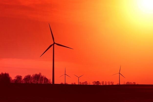 Moinho de vento no por do sol