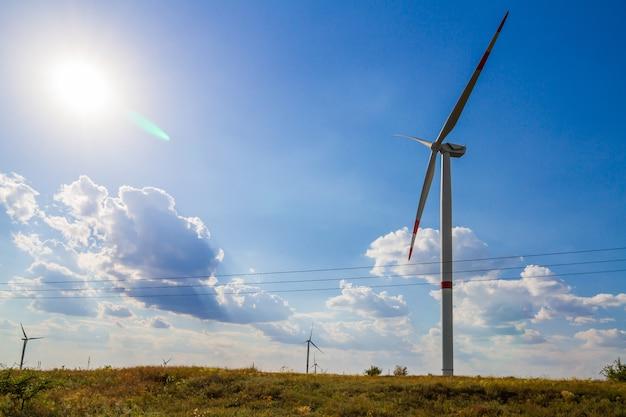 Moinho de vento para produção de energia elétrica no fundo do céu azul.
