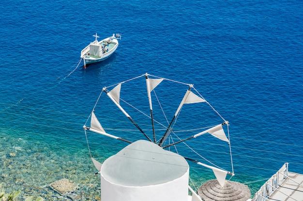 Moinho de vento sobre o mar em santorini