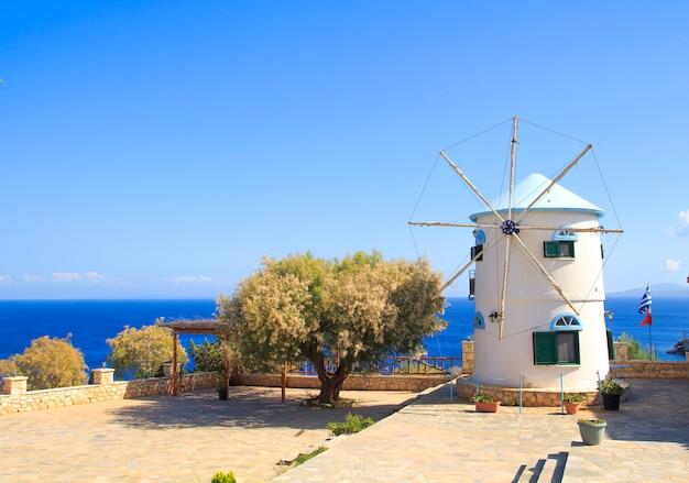Moinho de vento tradicional na ilha de zakynthos, na grécia