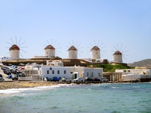 Moinhos de vento de chora na colina da cidade de mykonos, ilha de mykonos, grécia