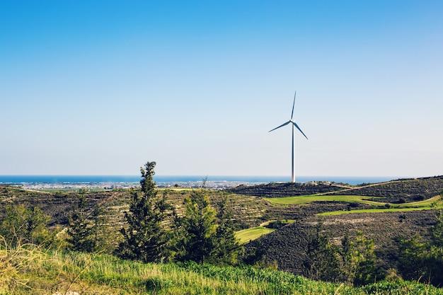 Moinhos de vento durante o dia de verão. conceito de conservação de energia
