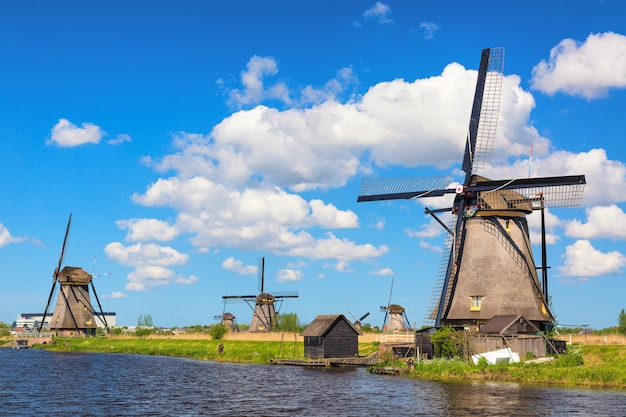 Moinhos de vento famosos na vila de kinderdijk na holanda.