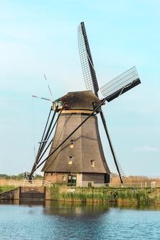 Moinhos de vento holandeses tradicionais com grama verde em primeiro plano, holanda