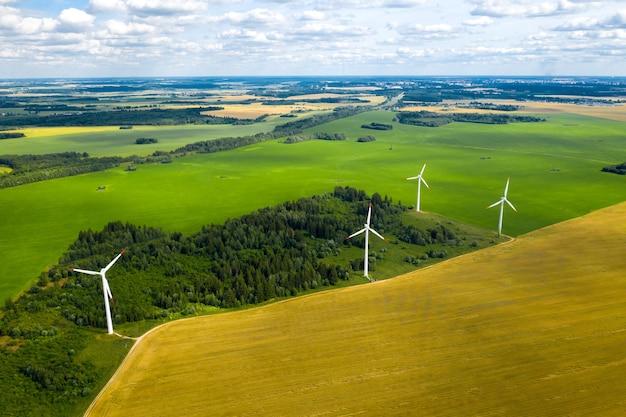 Moinhos de vento na parede de florestas e campos. moinho de vento na natureza.