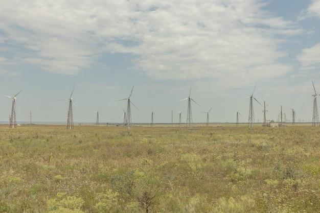 Moinhos de vento no campo. copie o espaço