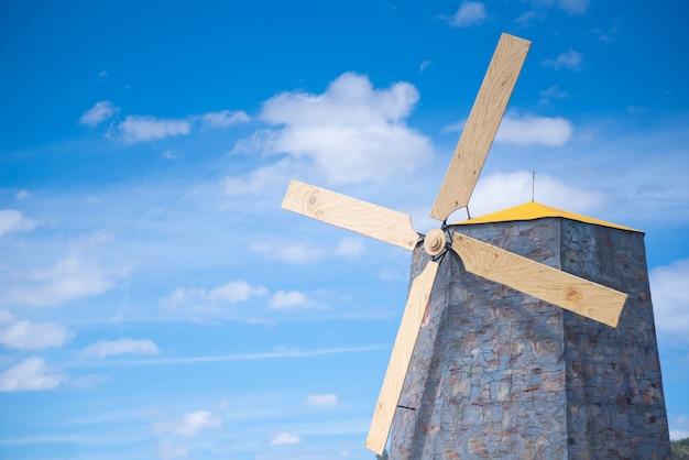 Moinhos de vento no campo em um céu brilhante e em dias ensolarados.