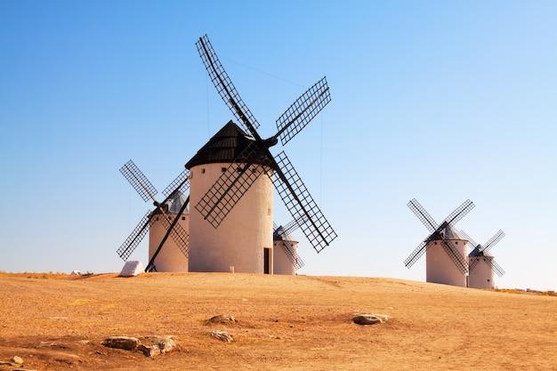 Moinhos de vento no campo