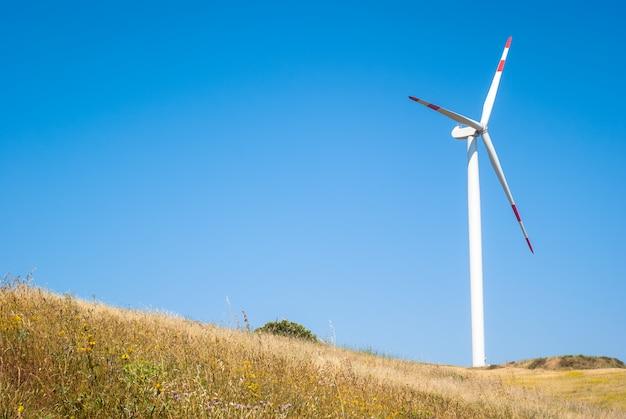 Moinhos de vento no céu azul