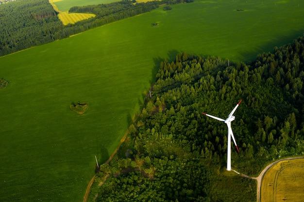 Moinhos de vento no fundo de florestas e campos