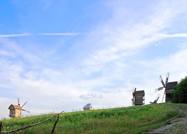 Moinhos de vento obsoletos em museu de arquitetura popular ucraniana
