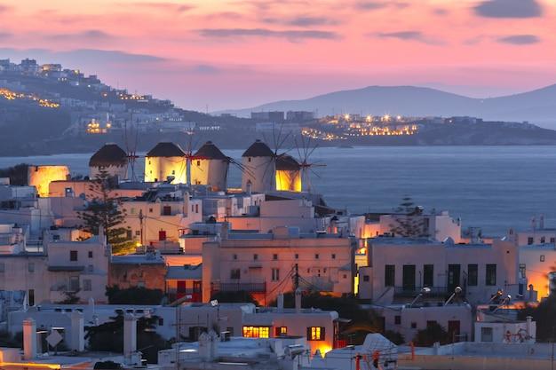 Moinhos de vento tradicionais ao pôr do sol, santorini, grécia