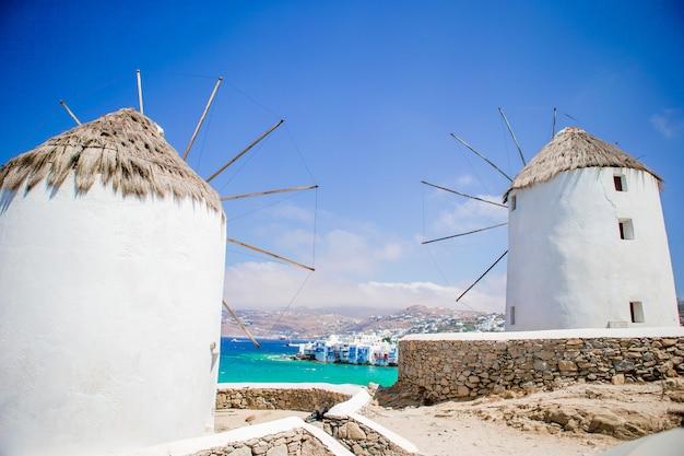 Moinhos de vento tradicionais velhos sobre a cidade de mykonos.