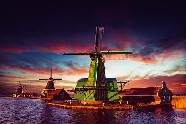 Moinhos holandeses tradicionais do canal rotterdam. holanda