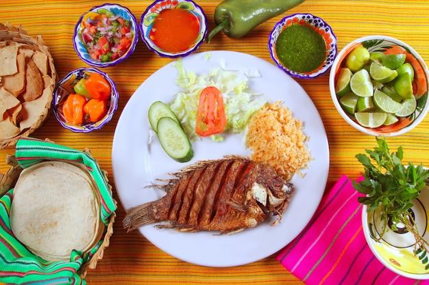 Mojarra frito tilápia peixe estilo mexicano com molho de pimentão
