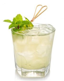 Mojito álcool cocktail com hortelã fresca isolado no branco