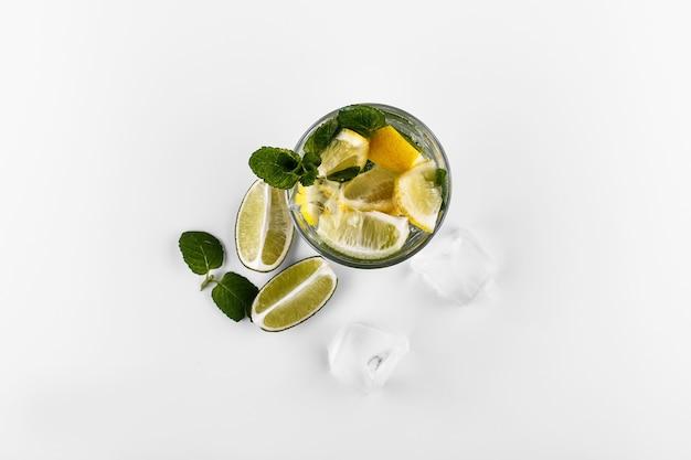 Mojito bebida não alcoólica cocktail em copo alto com água com gás, suco de limão limão