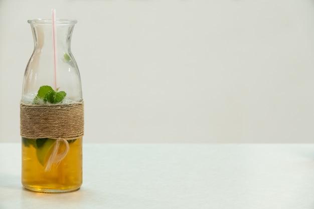 Mojito caseiro em uma jarra amarrada com barbante