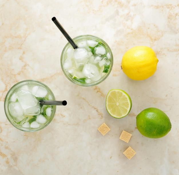 Mojito cocktail com gelo e limão