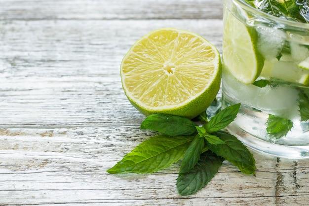 Mojito cocktail com limão e hortelã em copo alto