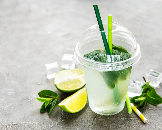 Mojito cocktail com limão e hortelã
