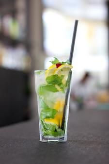 Mojito cocktail em um copo em um balcão de bar longo