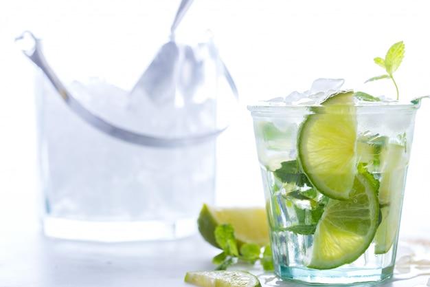 Mojito cocktail em um copo sobre uma mesa