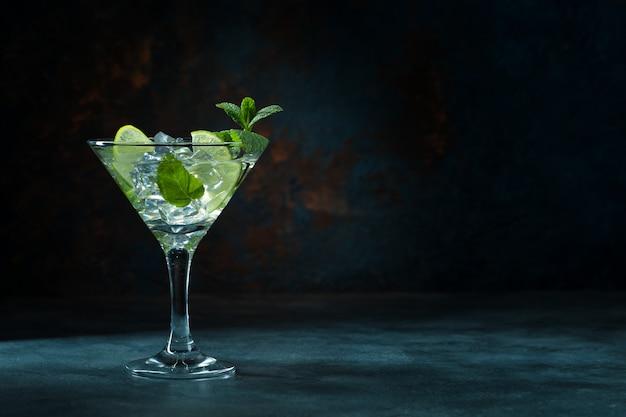 Mojito cocktail em vidro em fundo preto