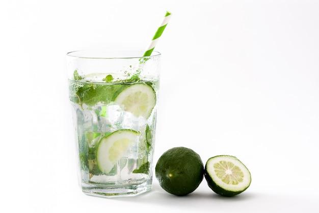 Mojito cocktail em vidro no fundo branco
