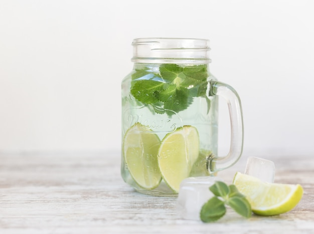 Mojito cocktail fresco em branco