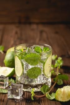 Mojito cocktail na mesa de madeira.