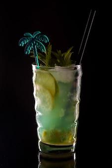 Mojito cocktail no bar. mojito cocktail sobre fundo preto. coquetel mojito na boate