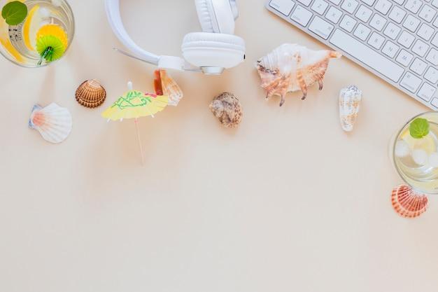 Mojito cocktails em copos com fones de ouvido e conchas