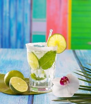 Mojito cubano cocktail em flores de madeira azuis tropicais