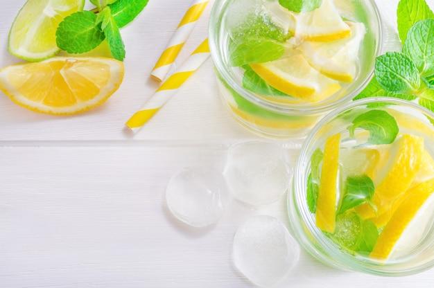Mojito de bebida de verão com limão, limão e hortelã, com cubos de gelo