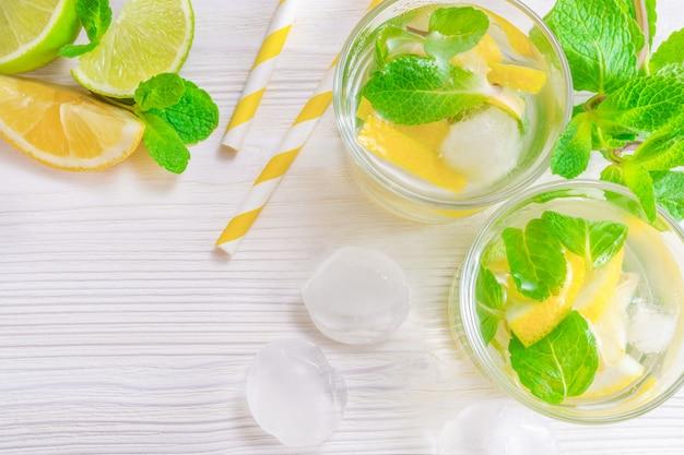 Mojito de bebida de verão refrescante com limão, limão e hortelã, com cubos de gelo
