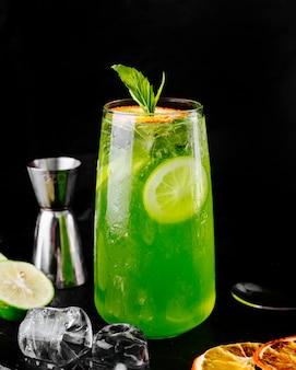 Mojito de limão verde limão com folhas de hortelã.