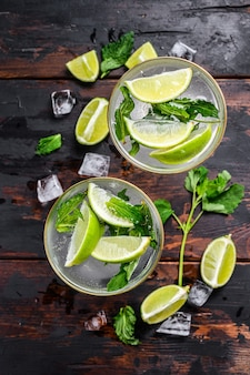Mojito de limonada de bebida fresca. mojitos com folhas de hortelã, limão e gelo.