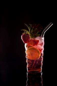 Mojito de morango coquetel no bar. mojito cocktail sobre fundo preto. coquetel mojito na boate