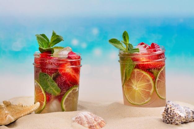 Mojito de morango na praia de areia de verão
