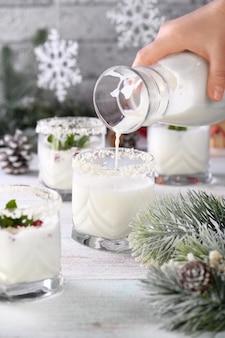 Mojito de natal feito de licor tequila leite de coco com sementes de romã