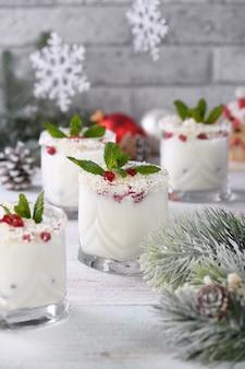 Mojito de white christmas à base de licor, tequila, leite de coco com sementes de romã, flocos de coco e refrescante hortelã.