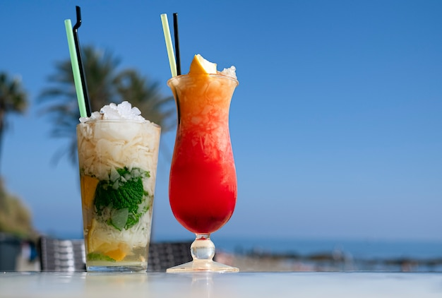 Mojito e coquetel de são francisco em uma mesa em um bar na praia.