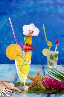 Mojito e limão limão cocktails em madeira tropical azul