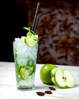 Mojito e maçã fatiada na mesa