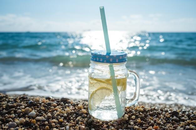 Mojito em potes de vidro na costa do mar. diversão de verão na praia no mar