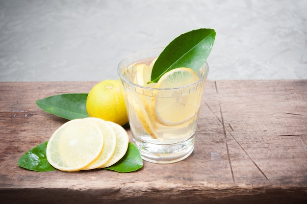 Mojito fresco cocktail em copos em madeira