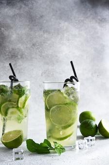 Mojito frio com hortelã e limão. uma bebida clássica de verão com rum.