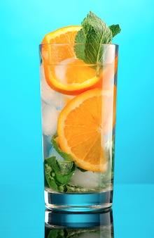Mojito laranja cocktail.on fundo azul.